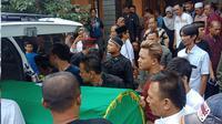 Rizky Febian membawa jenazah sang ibu, Lina ke dalam ambulans menuju pemakaman dari rumah duka di Jalan Neptunus Timur, Bandung, Sabtu (4/1/2020). Sebelum meninggal, Lina yang merupakan mantan istri komedian Sule, sempat jatuh pingsan pada Sabtu subuh. (Liputan6.com/Huyugo Simbolon)