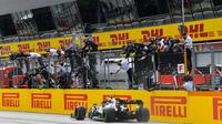 Lewis Hamilton saat finis pertama pada lomba F1 GP Styria, Minggu (12/7/2020). (Twitter/Mercedes)