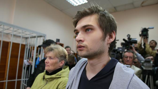 Ruslan Sokolovsky, seorang blogger Rusia, menghadiri persidangan di Pengadilan Kota Yekaterinburg, Kamis (11/5). Blogger 22 tahun itu dijatuhi hukuman 3,5 tahun penjara karena bermain gim Pokemon Go di sebuah gereja ortodoks. (Konstantin Melnitskiy/AFP)#source%3Dgooglier%2Ecom#https%3A%2F%2Fgooglier%2Ecom%2Fpage%2F%2F10000