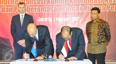 Menko Polhukam Wiranto dan Minister of Justice Australia Michael Keenan l menyaksikan penandatanganan kerja sama yang di lakukan CEO AUSTRAC Paul Jevtovic dan Ketua PPATK Kiagus Ahmad Badaruddin di Jakarta, Rabu (1/2). (Liputan6.com/Angga Yuniar)