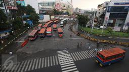 Suasana di Terminal Blok M, Jakarta, Selasa (1/11). Berdasarkan data Organdam DKI Jakarta, hampir 90% dari total sekitar 6.000 angkutan umum bus sedang seperti Kopaja, Metromini, dan sebagainya sudah tidak layak jalan. (Liputan6.com/Immanuel Antonius)