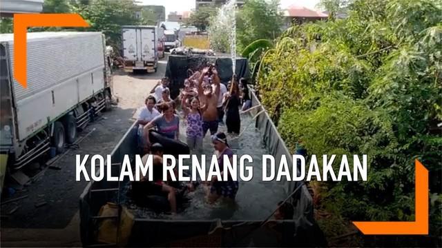 Seorang ayah ini memiliki ide cemerlang untuk mendinginkan keluarganya saat musim panas. Ia menyewa sebuah truk dan menyulapnya menjadi kolam renang.
