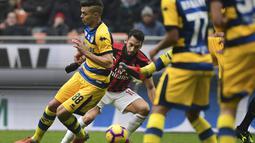 Aksi Hakan Calhanoglu saat melewati pemain Parma dalam laga lanjutan giornata ke-14 Serie A yang berlangsung di stadion San Siro, Milan, Minggu (2/12). AC Milan menang 2-1. (AFP/Miguel Medina)