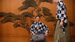 Kennosuke Nakamori (kanan) dan ayahnya Kanta Nakamori berlatih di Kamakura Noh Theatre, Kamakura, Prefektur Kanagawa, Jepang, 29 Juli 2020. Pandemi COVID-19 telah memengaruhi teater di seluruh dunia, termasuk drama yang diturunkan dari generasi ke generasi sejak abad ke-14 ini. (Philip FONG/AFP)