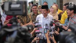 Ketua DPD Partai Golkar Jawa Barat Dedi Mulyadi usai menemui Aburizal Bakrie di Bakrie Tower Kuningan, Jakarta, Jumat (29/9). Pertemuan juga membahas tentang Dedi yang dimintai mahar Rp 10 miliar untuk maju Pilkada Jawa Barat. (Liputan6.com/Faizal Fanani)