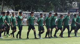 Pemain Timnas Indonesia U-19 memindahkan posisi gawang jelang latihan di Lapangan B Kompleks GBK, Jakarta, Selasa (18/9). Latihan ini persiapan  PSSI Anniversary Cup U-19 dan Piala AFC U19. (Liputan6.com/Helmi Fithriansyah)