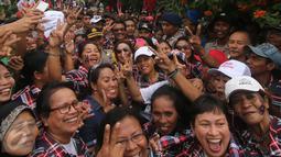 Cawagub DKI Jakarta, Djarot Saiful Hidayat foto bersama saat berkunjung ke Kampung Ambon, Cengkareng, Jakarta Barat, Kamis (2/2). Dalam kesempatan tersebut Djarot meminta kepada masyarakat untuk memerangi narkoba. (Liputan6.com)