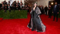 Penyanyi Lady Gaga tampil mengejutkan dengan busana kimono hitam-putih yang dihiasi sekitar 14 ribu bulu saat menghadiri ajang Met Gala 2015 di Metropolitan Museum of Art's Costume Institute, New York City, Senin (4/5). (REUTERS/Andrew Kelly)