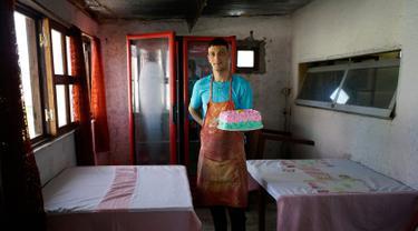 Narapidana Nelson Avantti memegang kue di toko rotinya di Penjara Punta de Rieles, Montevideo, Uruguay, 18 Mei 2019. Uang untuk memulai bisnis seperti milik Avantti berasal dari keluarga narapidana atau bank yang sebagian besar dikelola oleh narapidana sendiri. (AP Photo/Matilde Campodonico)
