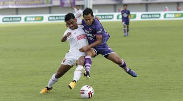 Penyerang Persita Tangerang, Samsul Arif, berebut bola dengan pemain PSM Makassar, Asnawi Mangkualam, pada laga Shopee Liga 1 di Stadion Sport Center Tangerang, Jumat, (6/3/2020). Kedua tim bermain imbang 1-1. (Bola.com/M Iqbal Ichsan)