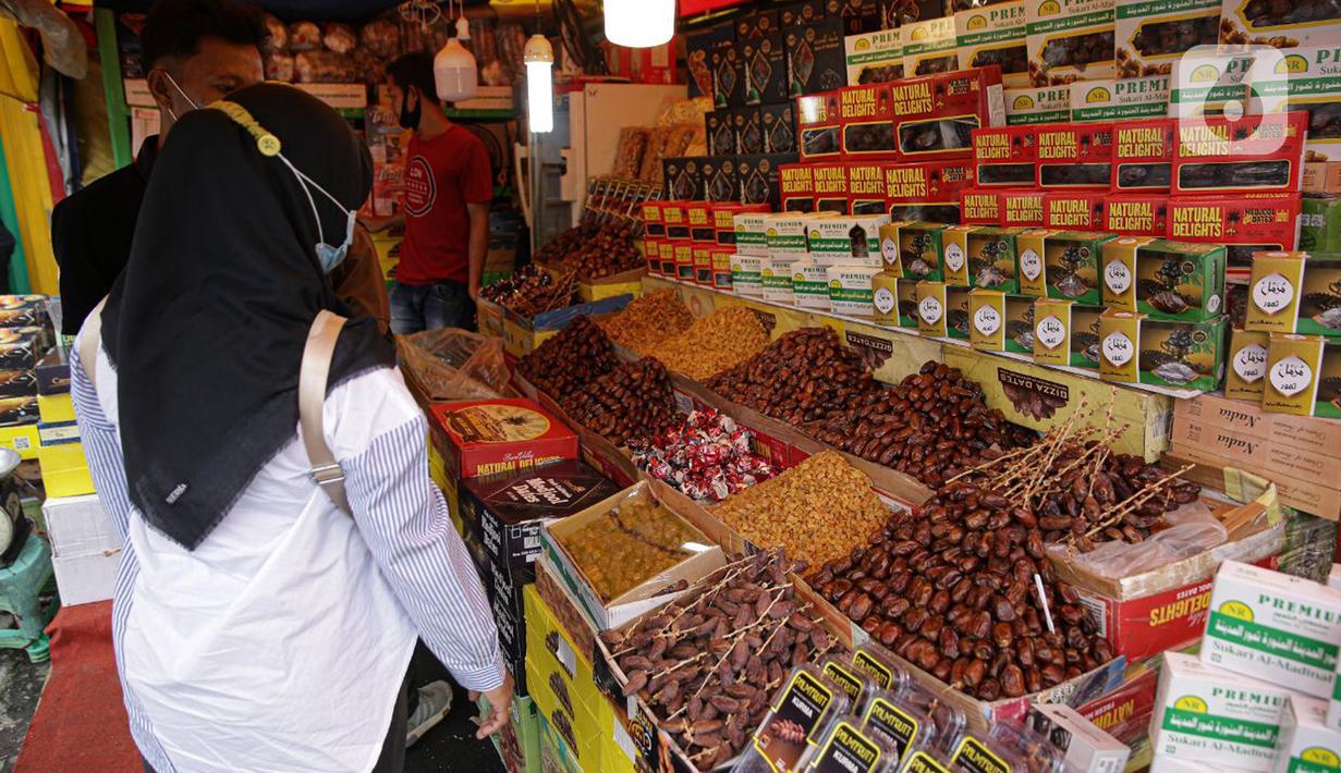 Seorang pembeli memilih Kurma di kawasan Tanah Abang, Selasa (13/4/2021). Kurma merupakan salah satu makanan pilihan ummat muslimpada bulan Ramadhan untuk berbuka puasa. (Liputan6.com/Faizal Fanani)