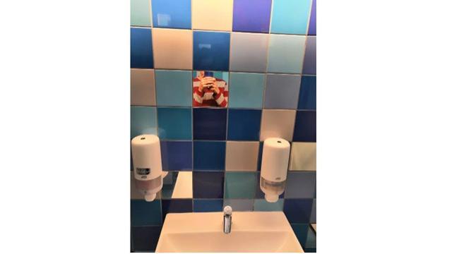 Desain cermin kamar mandi nyeleneh (Sumber: Boredpanda)
