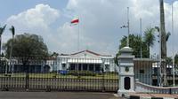 Gedung Pakuan di Jalan Otista, Kota Bandung merupakan rumah dinas Gubernur Jawa Barat Ridwan Kamil. (Liputan6.com/Huyogo Simbolon)