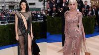 Bukan Kendall dan Kylie Jenner namanya jika tidak membuat sensasi, kali ini mereka tampil di Met Gala 2017 mengenakan gaun transparan. Sumber foto Instagram Met Gala Official.