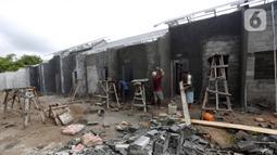 Pekerja menyelesaikan pembangunan rumah di kawasan perumahan subsidi, Rajeg, Tangerang, Banten, Kamis (11/2/2021). Adanya KPR BP2BT diharapkan masyarakat berpenghasilan rendah dapat memiliki hunian dengan bantuan hingga Rp 40 juta dari pemerintah. (Liputan6.com/Angga Yuniar)