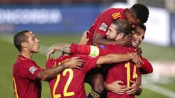 Para pemain Spanyol merayakan gol yang dicetak oleh Sergio Ramos ke gawang Ukraina pada laga UEFA Nations League Estadio Alfredo Di Stefano, Senin (7/9/2020). Spanyol menang 4-0 atas Ukraina. (AP Photo/Bernat Armangue)