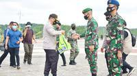 Kapolda Riau Irjen Agung Setya Imam Effendi saat melepas Satgas Pemburu Teking Covid-19 di Pekanbaru. (Liputan6.com/M Syukur)