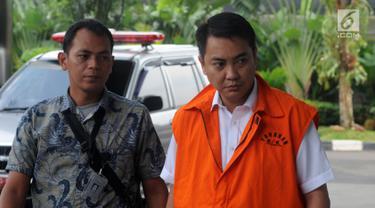 Tersangka anggota DPR Fayakhun Andriadi dikawal petugas saat tiba untuk menjalani pemeriksaan di gedung KPK, Jakarta (6/4). Pemeriksaan ini merupakan yang pertama sejak ia resmi ditahan pada Rabu (28/3) lalu. (Merdeka.com/Dwi Narwoko)