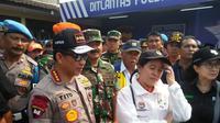 Kapolri Jenderal Pol Tito Karnavian bersama sejumlah pejabat negara mengunjungi Pos Polisi Cikopo, Minggu (10/6/2018). (Liputan6.com/Abramena)