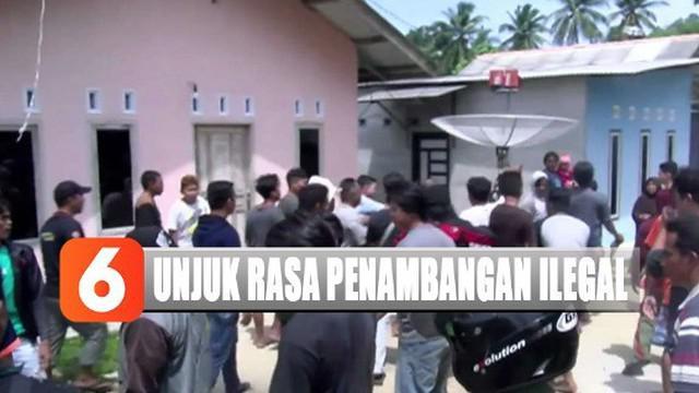 Para nelayan menilai keberadaan penambangan timah di pantai dekat kampung mereka ini sangat merugikan.