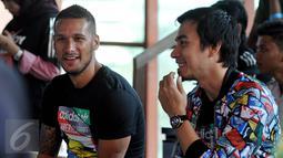 Raphael Maitimo (kiri) dan Darius Sinathrya saat menjadi juri di Turnamen '2 vs 2, control vs destroy' yang digelar aparel ternama, Adidas di Kawasan Kuningan, Jakarta, Sabtu (8/8/2015). (Liputan6.com/Johan Tallo)