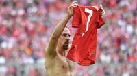 Gelandang Bayer Munchen, Frank Ribery, melakukan selebrasi usai mengalahkan Eintracht Frankfurt di  di Allianz Arena, Jerman, Sabtu (18/5). Munchen menang 5-1 atas Frankfurt. (John Macdougall/AFP)