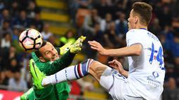 Striker Sampdoria, Patrik Schick, berebut bola dengan kiper Inter Milan, Samir Handanovic pada laga lanjutan Serie A di StadionGiuseppe Meazza, Milan, (03/04/2017). (EPA/Daniel Dal Zennaro)