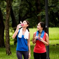 Punya teman yang sering menerapkan hidup sehat punya banyak manfaat. Apa saja sih? ©Shutterstock