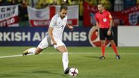Striker Inggris, Harry Kane, melakukan tendangan penalti ke gawang Lithuania pada laga kualifikasi Piala Dunia di Stadion Vilnius, Minggu (8/10/2017). Inggris menang 1-0 atas Lithuania. (AP/Mindaugas Kulbis)