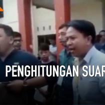 Rapat pleno rekapitulasi penghitungan suara di kecamatan Mamuju Sulawesi Barat berlangsung ricuh. Sejumlah sakai dari parpol marah dan keluar dari ruang rapat. Mereka tidak menerima hasil rekapitulasi yang dinilai banyak kejanggalan.