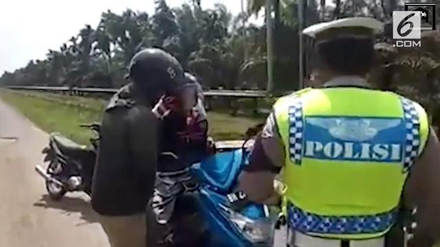 Viral video Polantas melakukan razia terhadap motor yang mengangkut 3 penumpang sekaligus. Ternyata, salah satu diantaranya adalah jenazah yang akan dibawa ke rumah dukua.