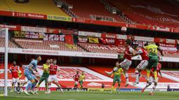 Suasana jalnnya pertandingan Premier League antara Arsenal dan Norwich City di Emirates Stadium, London, Inggris, Rabu  (1/7/2020). Arsenal menang 4-0 lewat gol Pierre-Emerick Aubameyang ('33, 67), Granit Xhaka ('37), dan Cedric Soares ('81). (Richard Heathcote/Pool via AP)