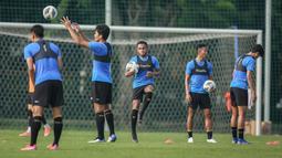 Gunansar Mandowen (tengah) dan sejumlah pemain Timnas Indonesia saat latihan persiapan kualifikasi Piala AFC 2023 yang berlangsung di Lapangan G, Senayan, Sabtu (02/10/2021). Indonesia dijadwalkan akan menghadapi Taiwan pada 7 dan 11 Oktober 2021 di Thailand. (Bola.com/Bagaskara Lazuardi)