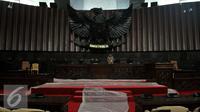 Pekerja membersihkan meja pimpinan DPR di Komplek Parlemen Senayan, Jakarta (9/8). Perawatan dilakukan jelang pelaksanaan Sidang Tahunan MPR Tahun 2016 yang akan dihadiri oleh Presiden Joko Widodo. (Liputan6.com/Johan Tallo)