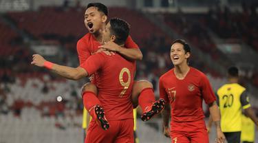 Para pemain Timnas Indonesia merayakan gol yang dicetak Beto Goncalves ke gawang Vanuatu ada laga persahabatan di SUGBK, Jakarta, Sabtu (15/6). Indonesia menang 6-0 atas Vanuatu. (Bola.com/Yoppy Renato)