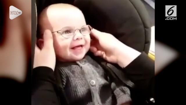 Seorang bayi menunjukkan ekspresi yang menggemaskan saat melihat ibunya untuk pertama kalinya.
