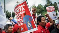 Massa buruh berorasi sambil membawa poster ketika berunjuk rasa  di depan Balai Kota, Jakarta, Kamis (29/9). Dalam aksinya, buruh menuntut kenaikan upah mininum Rp 650ribu dan penghapusan Tax Amnesty. (Liputan6.com/Faizal Fanani)