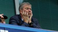 Pemilik Chelsea, Roman Abramovich sebelum menyaksikan Liga Inggris antara Chelsea dan Sunderland di stadion Stamford Bridge di London pada 19 Desember 2015. Dari pernikahannya tersebut, mereka dikaruniai dua orang anak. (AP Photo/Matt Dunham)