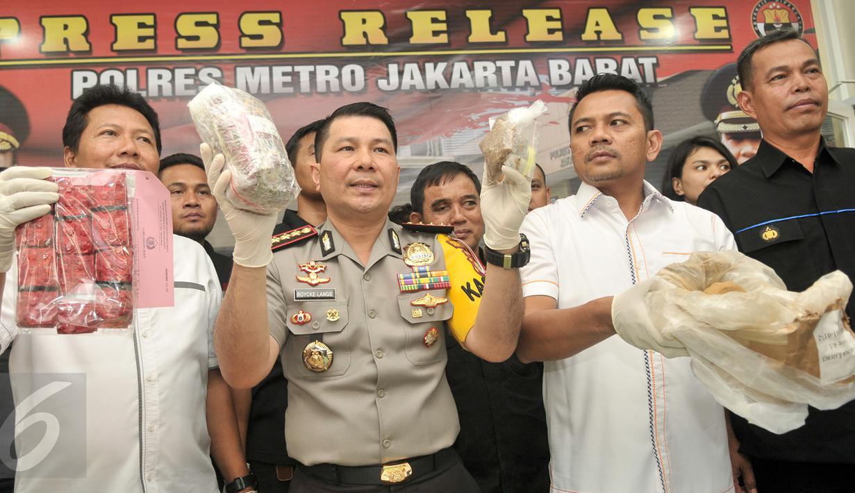 Kapolres Jakarta Barat, Kombes Roycke Langie menunjukan barang bukti hasil pengungkapan kasus narkotika di Jakarta, Senin (30/1). Petugas menyita barang bukti sabu 7,2 kg, tembakau gorilla 1,8kg dan 600 butir happy five. (Liputan6.com/Yoppy Renato)