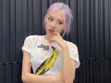 Tampil sederhana dengan kaus berwarna putih, pemilik nama Roséanne Park atau Park Chae Young tetap terlihat menawan. Bahkan, tatanan rambut Rose Blackpink ini pun terlihat cukup sederhana. (Liputan6.com/IG/@roses_are_rosie)