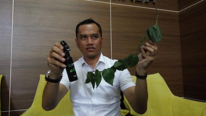 Seorang Dosen Fakultas Farmasi UGM bernama Ronny Martien mengembangkan hand sanitizer berbahan herbal (Liputan6.com/ Switzy Sabandar)