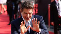 Aktor ganteng, Tom Cruise ketika melakukan wawancara setibanya di World premiere film Mission: Impossible Fallout di Paris, Kamis (12/7). Mission: Impossible 6 tersebut merupakan sekuel salah satu film yang paling dinantikan tahun ini. (AP/Thibault Camus)
