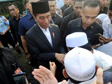 Sejumlah warga bersalaman dengan Presiden Joko Widodo usai melaksanakan salat id Hari Raya Idul Fitri 1 Syawal 1439 H di Lapangan Astrid, Kebun Raya Bogor, Jumat (15/6). (Merdeka.com/Arie Basuki)