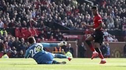Penyerang Manchester United, Marcus Rashford, mencetak gol ke gawang Watford pada laga Premier League di Stadion Old Trafford, Sabtu (30/3). Manchester United menang 2-1 atas Watford. (AP/Martin Rickett)