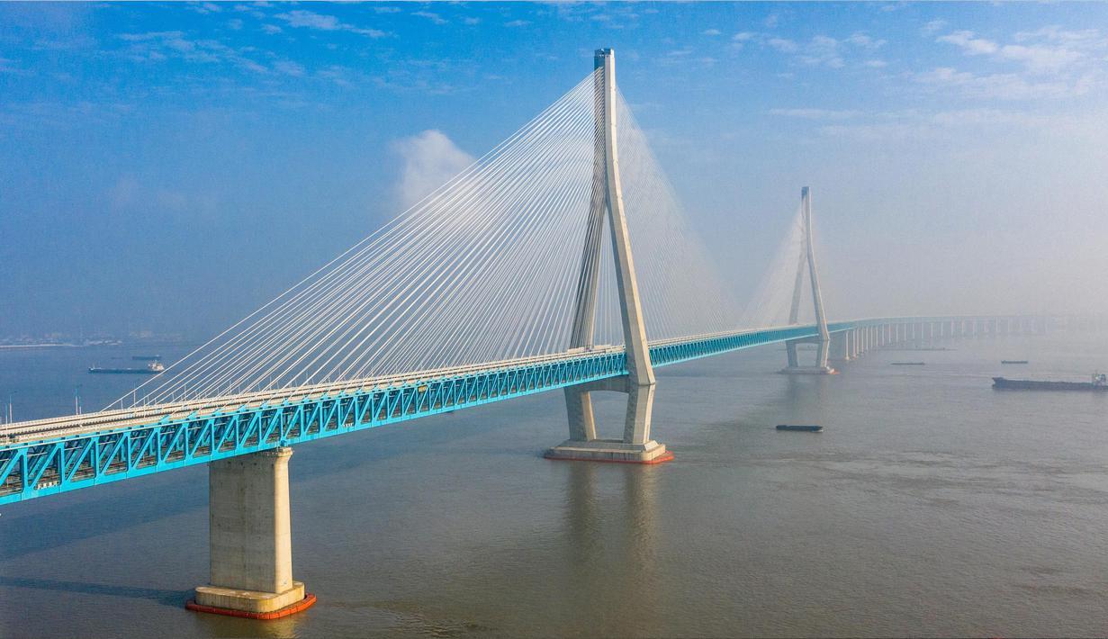 Foto dari udara menunjukkan pemandangan jembatan yang menghubungkan Nantong dan Zhangjiagang di Provinsi Jiangsu, China, Selasa (30/6/2020). Jembatan jalan raya dan kereta api kabel pancang tersebut dibuka untuk lalu lintas pada 1 Juli. (Xinhua/Li Bo)