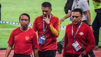 Menpora Zainudin Amali bersama Plt Deputi Peningkatan Prestasi Olahraga Yuni Poerwanti menyaksikan langsung pertandingan Timnas Indonesia melawan Korea Utara dalam laga pamungkas Kualifikasi Piala Asia U-19 2020 di Stadion Utama Gelora Bung Karno, Jakarta, Minggu (10/11)