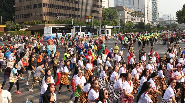 Srikandi Milenial menggelar flash dance di Car Free Day (CFD) kawasan Thamrin, Jakarta, Minggu (29/9/2019). Kegiatan ini dalam rangka mewujudkan energi positif bagi masyarakat. (Liputan6.com/Herman Zakharia)
