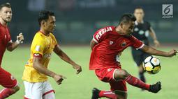 Pemain Persija, Ramdani Lestaluhu (kanan) mencoba menembus pertahanan Selangor FA saat laga persahabatan di Stadion Patriot Candrabhaga, Bekasi, Kamis (6/9). Babak pertama berakhir imbang 1-1. (Liputan6.com/Helmi Fithriansyah)