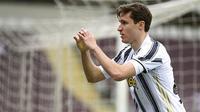 Penyerang Juventus, Federico Chiesa, melakukan selebrasi usai mencetak gol ke gawang Torino pada laga Serie A di Stadion Olympic, Turin, Minggu (4/4/2021). Kedua tim bermain imbang 2-2. (Marco Alpozzi/LaPresse via AP)