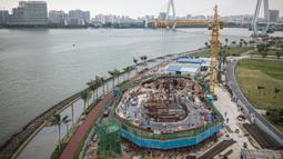 Foto dari udara yang diabadikan pada 20 Oktober 2020 ini menunjukkan lokasi pembangunan Wormhole Library di Teluk Haikou di Haikou, ibu kota Provinsi Hainan, China selatan. Setelah rampung nanti, perpustakaan itu akan menjadi bangunan penting dan ikonik di Teluk Haikou. (Xinhua/Pu Xiaoxu)